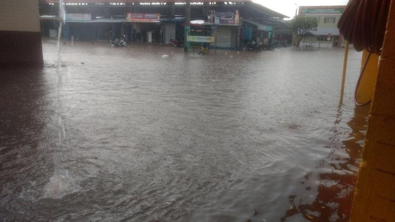 Ruas ficam alagadas após chuva em município do Piauí