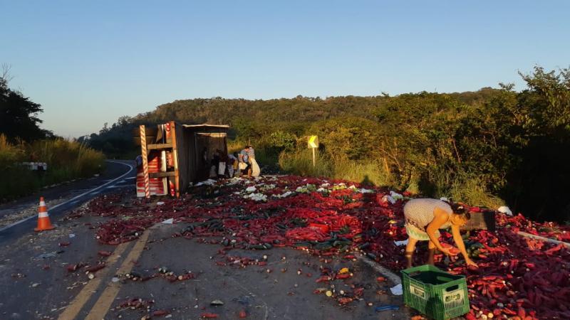 Caminhão tomba na BR-343 e deixa dois feridos