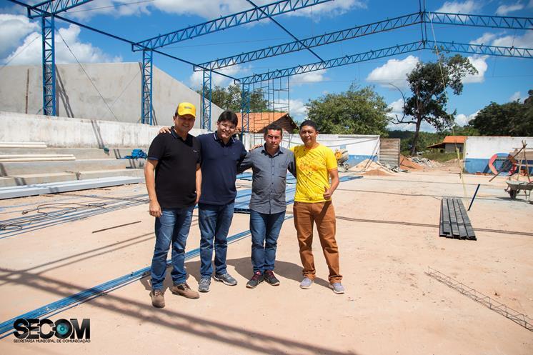 Prefeito visita obras de construção de  escola em Miguel Alves