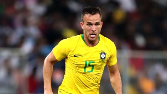 Tite indica volta de Arthur ao time titular da seleção brasileira