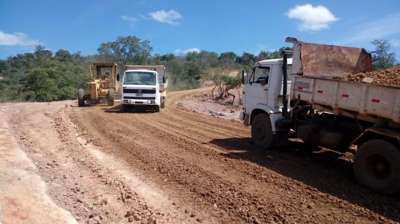 Prefeito realiza recuperação de estrada em comunidade de Monsenhor Gil