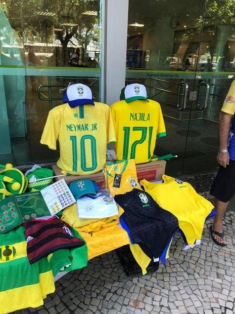 Comércio vende camisa da seleção com 'Najila Trindade 171'