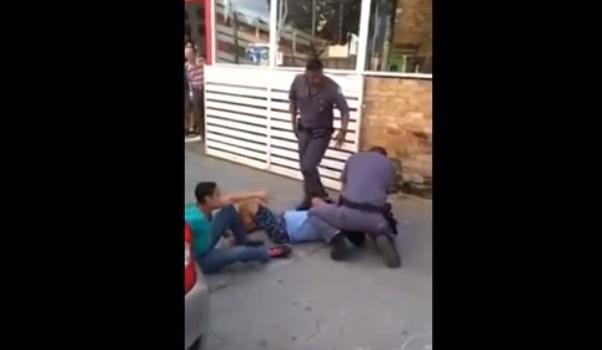 Vídeo mostra policiais agredindo casal de carroceiros