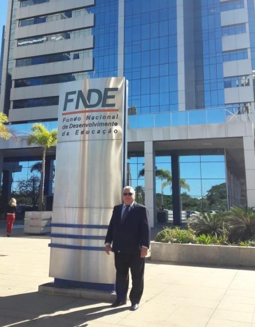 Dr. Alcione resolve pendências para construção de quadra poliesportiva