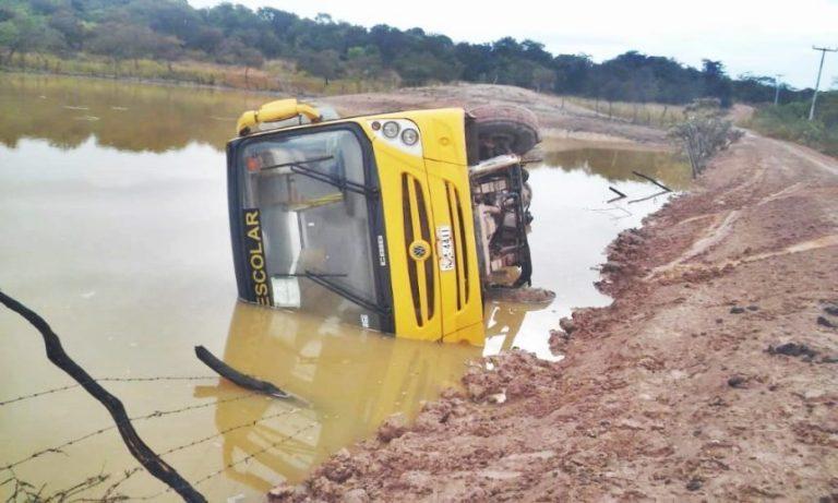 Ônibus escolar com alunos tomba e cai em açude no Piauí