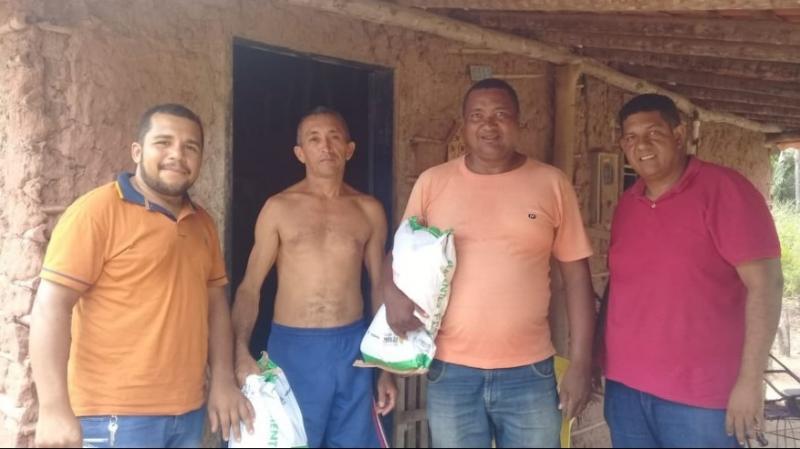 O Secretário de Apoio Produtivo de Timon, Coca do Matapasto(à direita, de camisa vinho) fazendo a entrega de sementes para os pequenos agricultores do município.