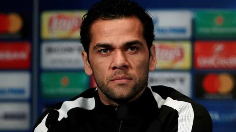 Jogador Daniel Alves anuncia saída do PSG
