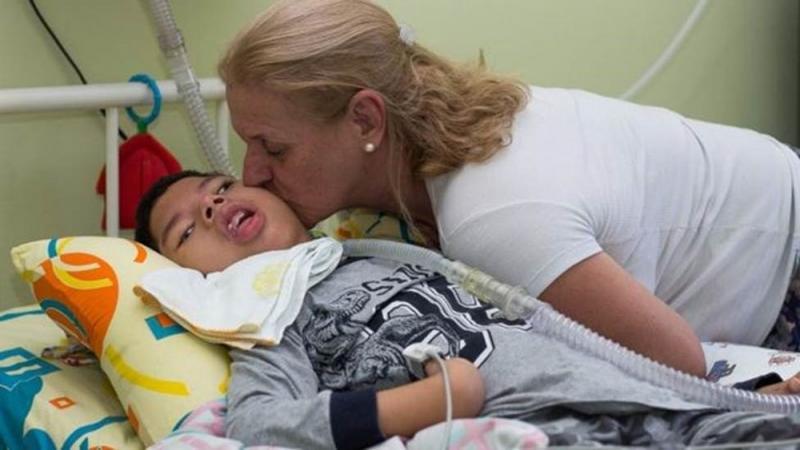 Enfermeira adota garoto com paralisia abandonado pelos pais