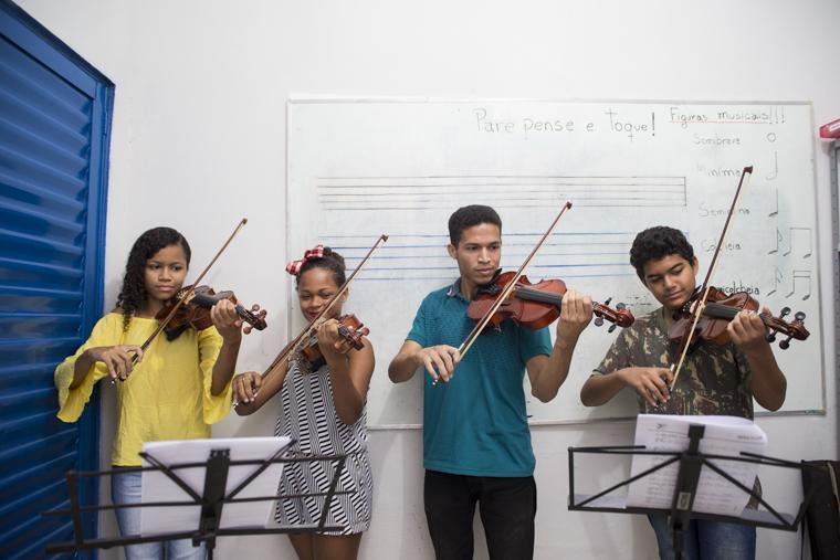 Alunos de violino do BeijaFlor participaram de Orquestra Escola em Teresina