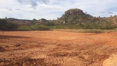 ESPORTES: Prefeitura está construindo campo ao lado do Açude