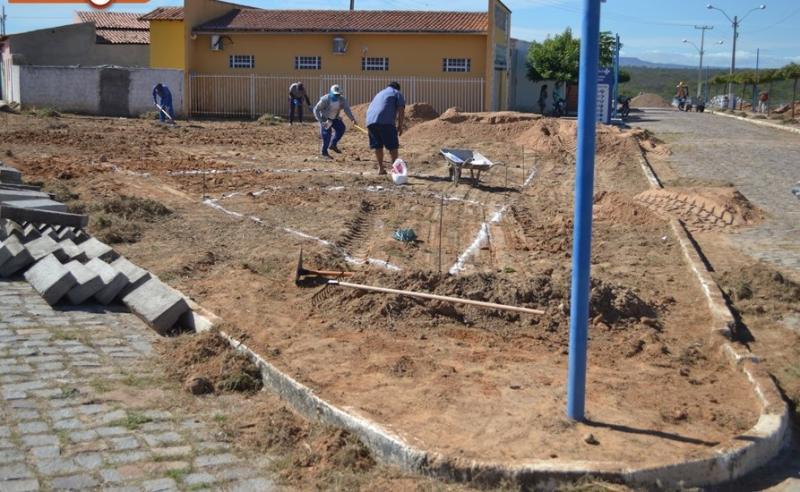 Prefeitura constrói praça e pavimenta rua no povoado Caboclo