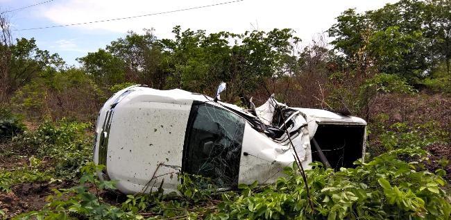 Motorista perde controle do carro e capota em curva da BR-343