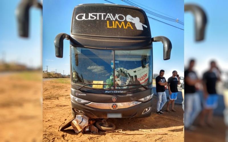 Ônibus de de Gusttavo Lima arrasta moto por cerca de 20 metros