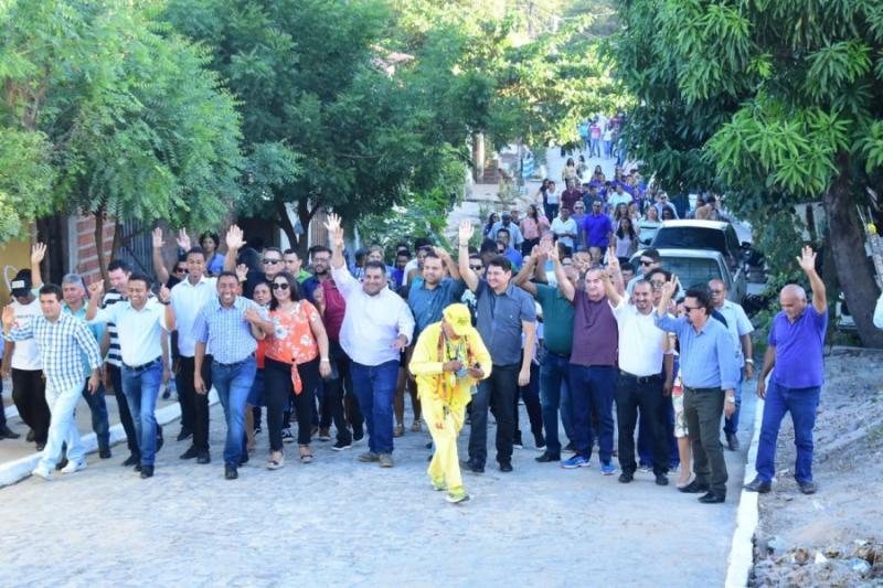Prefeitura de Floriano inaugura pavimentação de ruas no bairro Santa Rita