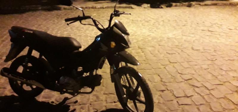 Jovem é preso suspeito de furtar motocicleta e celular em Jaicós