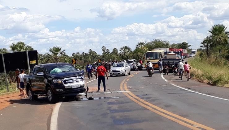 Colisão entre três veículos deixa vítima presa às ferragens na BR-343