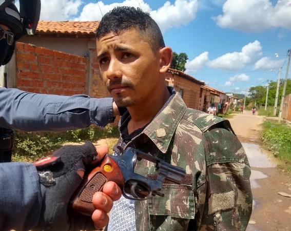 ROCAM/Timon prende elemento com revólver municiado e drogas