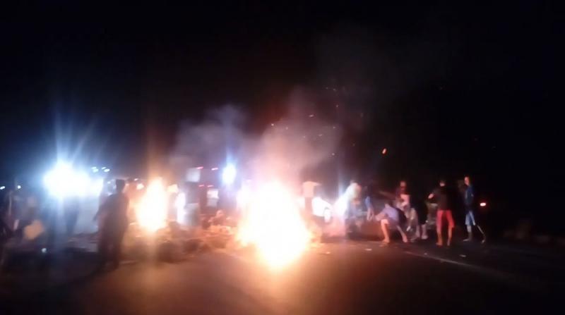 População bloqueia BR-316 durante protesto em Teresina