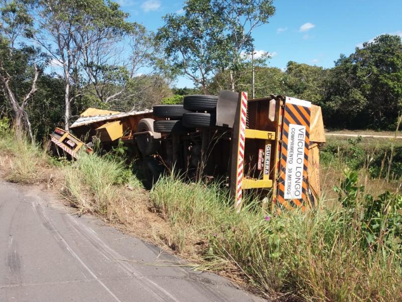 Caminhão carregado com agrotóxico tomba na BR-222
