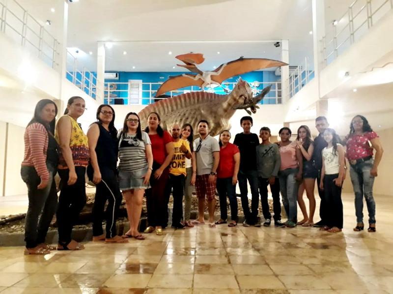 Docentes e alunos de escola de Vila Nova visitam museu paleontológico