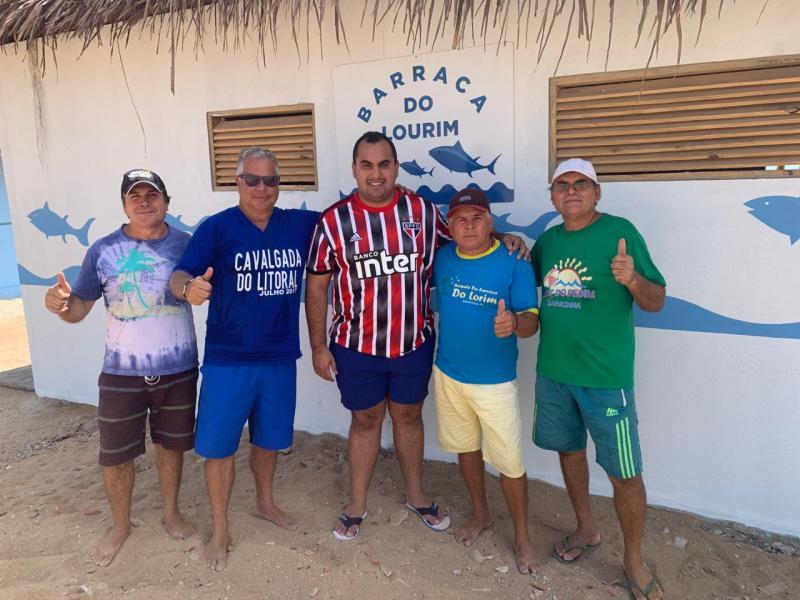 Deputado visita obra de revitalização de barracas na praia da Barrinha