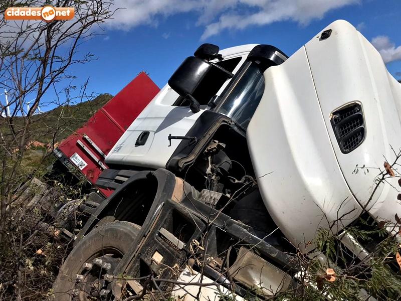 Carreta presenta problemas no freio e tomba em ladeira de Marcolândia