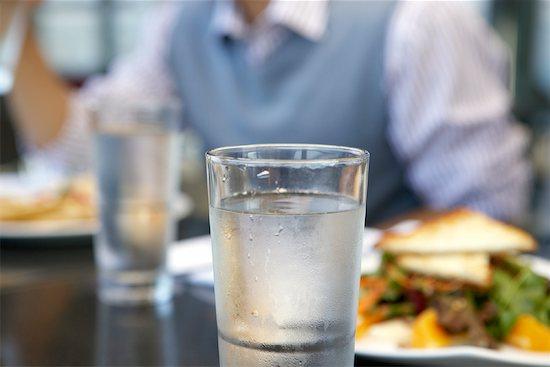 Beber água em determinados momentos do dia engorda