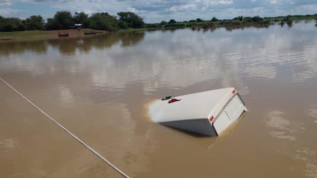 Van cai de balsa durante travessia no rio Longá em Buriti dos Lopes