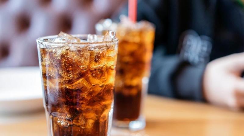 Tomar sucos adoçados e refrigerantes aumenta risco de câncer