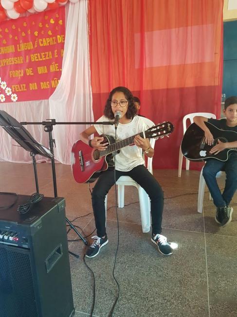 Jovem cantora sonha com sucesso ao estilo voz e violão em Inhuma