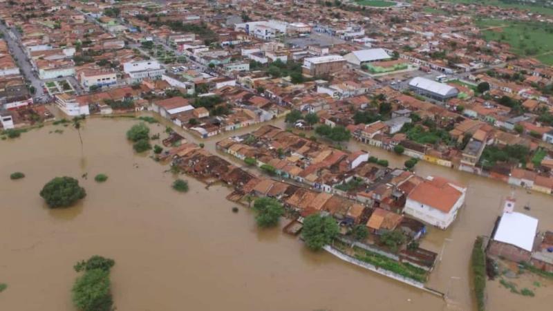 Rachadura em nova barragem mantém moradores em escolas