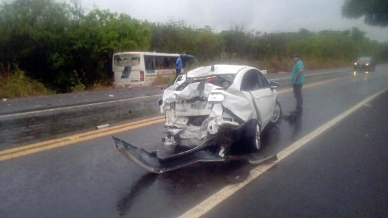 Ônibus e carro colidem violentamente na BR-316