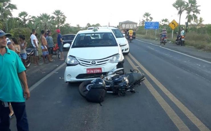 Colisão entre carro e moto deixa um ferido na BR-343
