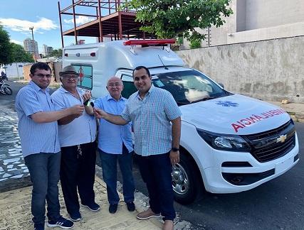 Prefeito Netinho recebe ambulância proveniente de emenda de Júlio César