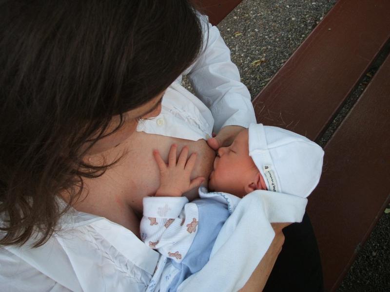 Empresa aérea pede que mães se cubram para amamentar