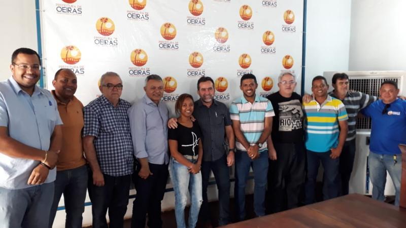 Prefeito de Oeiras viaja ao exterior e presidente da Câmara assume