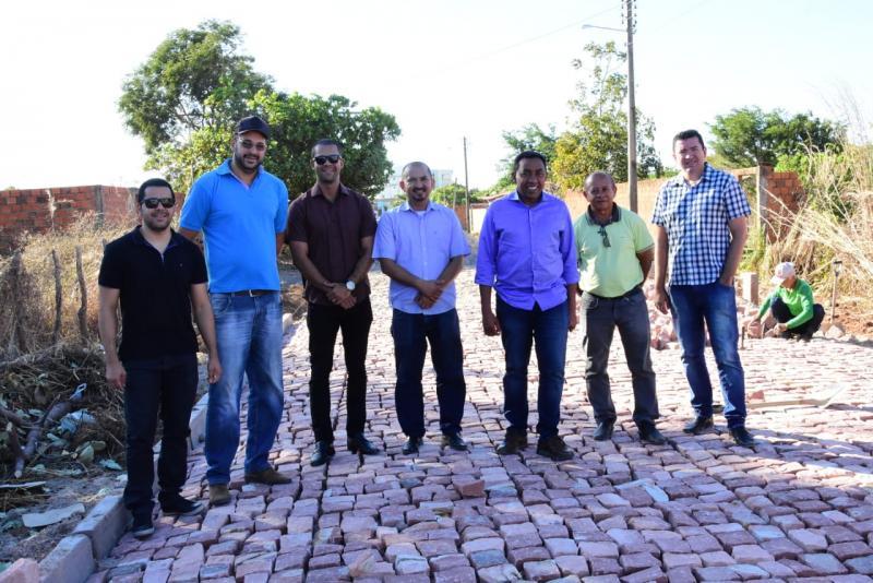 Joel Rodrigues visita retomada de obras do calçamento no Cajueiro II