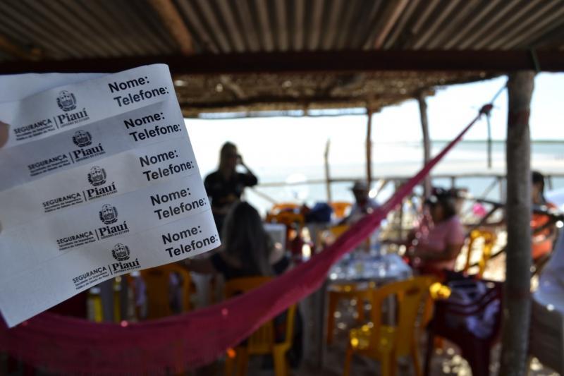 Pulseiras de identificação são distribuídas para crianças nas praias