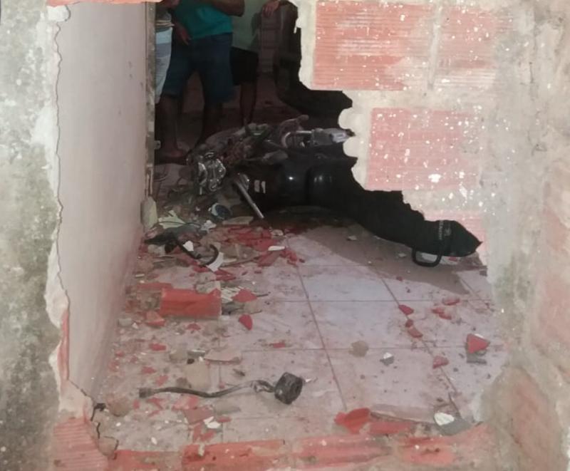 Homem morre após colidir motocicleta contra parede