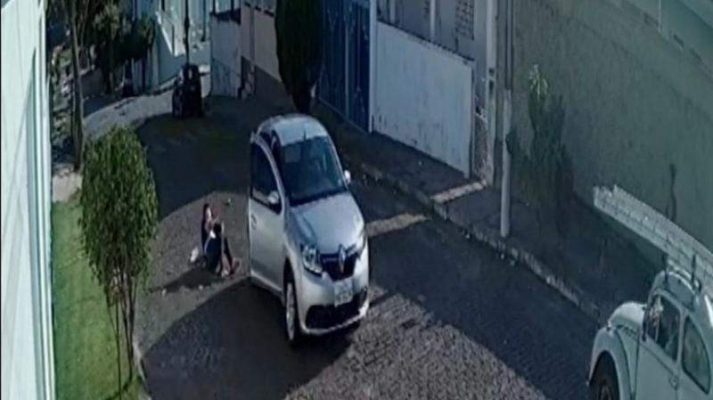 Mulher pula de carro em movimento para fugir de sequestro