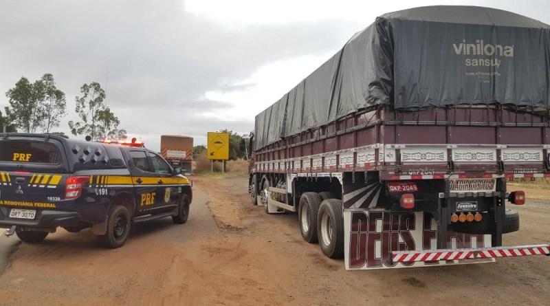 PRF apreende veículo de carga com madeira na BR 316