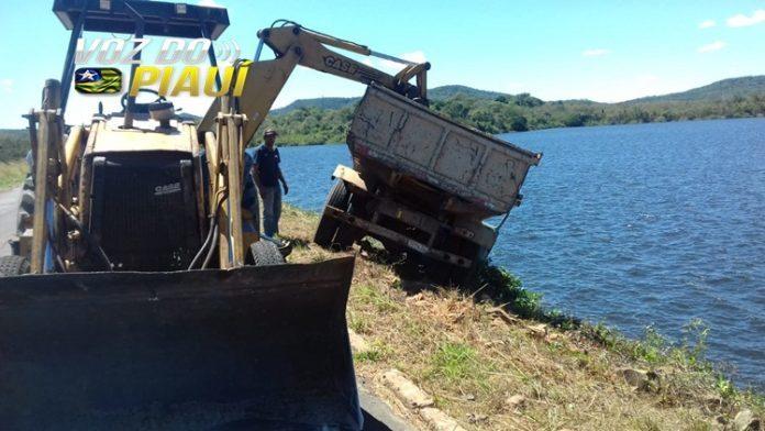 Motorista perde controle de caminhão e quase cai em açude em Piripiri