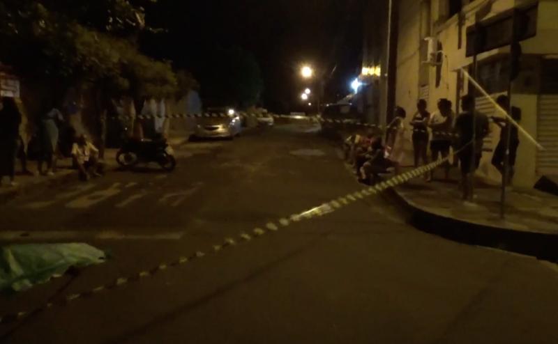 Mulher é arrastada e morta a tiros na porta de casa