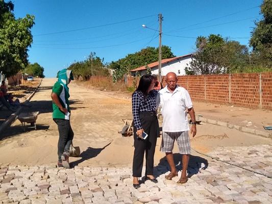 Prefeita Doquinha visita obra de calçamento em Colônia do Gurgueia