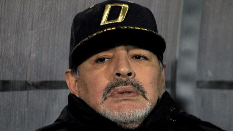 Maradona é internado em Buenos Aires e passa por cirurgia no joelho