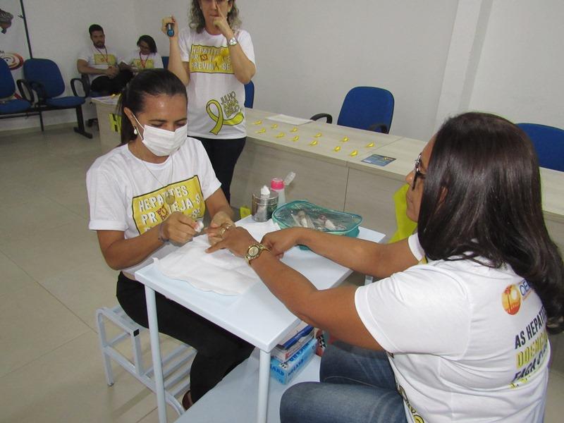 Manicures participam de oficina de combate às hepatites virais em Oeiras