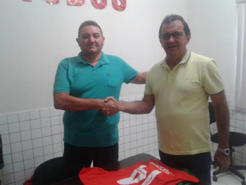 Prefeito e Secretário Entrega Uniformes a Escolinha de Futebol