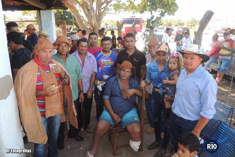 Sr. Jurandir oferta Café Comunitário em fazenda Pau D' Arco em Campo Largo
