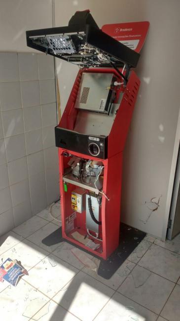Bandidos arrombam caixa eletrônico em agência do Bradesco de Nazária