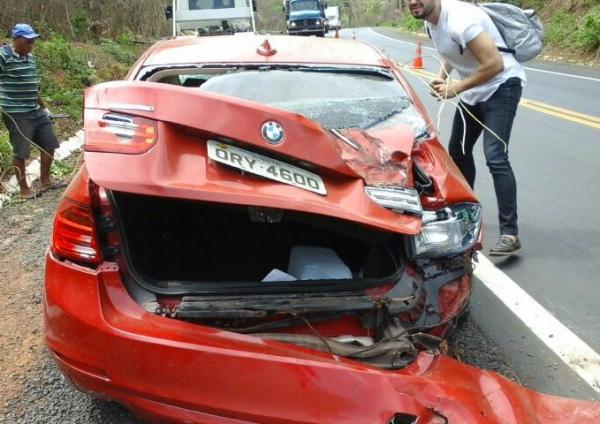 Carro de luxo capota e deixa feridos na BR-316